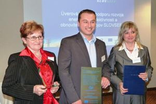 Slávnostné odovzdávanie. M. Ivanovová (zľava) a M. Zajacová pri preberaní ceny.