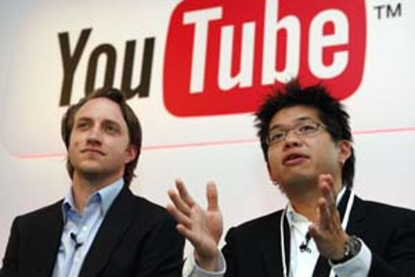Zakladatelia YouTube, Chad Hurley (vľavo) a Steve Chen budú musieť čeliť konkurencii veľkých televíznych staníc.