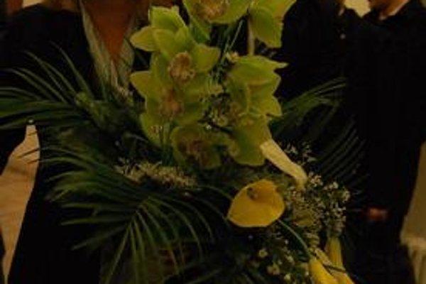 Orchidea. Premiérku privítali kyticou.