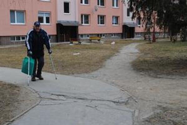 Jozef Schrötter. Dôchodca si pamätá časy, keď obyvatelia Tarče neboli až tak motorizovaní, ako dnes.