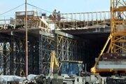 Poľsko aj napriek vysokej nezamestnanosti má nedostatok stavbárov. Pomôcť majú cudzinci.