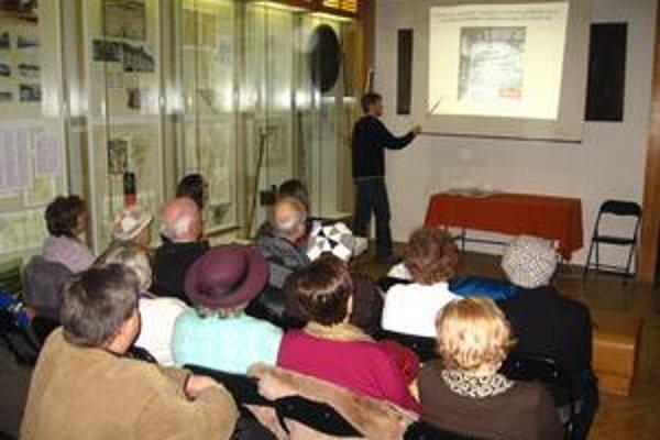 Martin Husár. Archeológ oboznamuje účastníkov prednášky s doterajšími výsledkami výskumu.