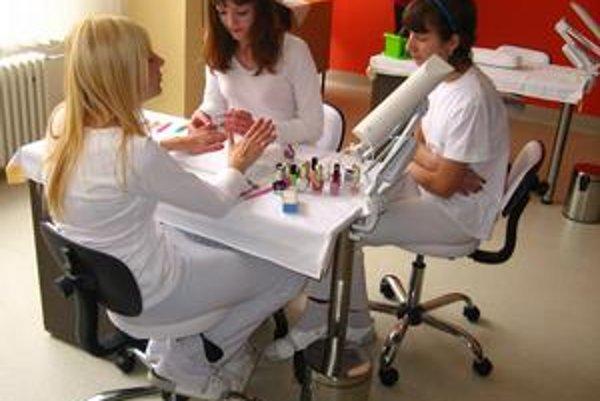 Júlia Novotná (v strede). So spolužiačkami sa venuje nechtovému dizajnu.