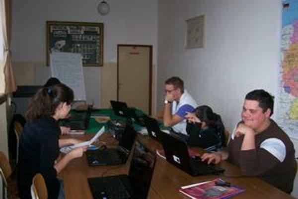 Študenti Denisa a Matúš (na snímke v popredí) vo vynovenej učebni nemeckého jazyka.
