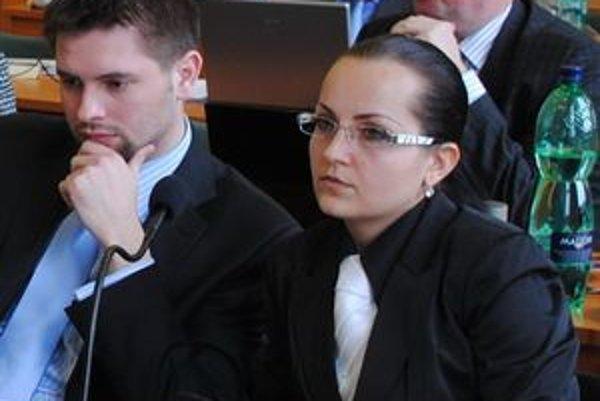 Tomáš Hamráček a Zuzana Páleniková (obaja SaS). Poslancom sa nepáči, že si mesto vlani bralo dva úvery.