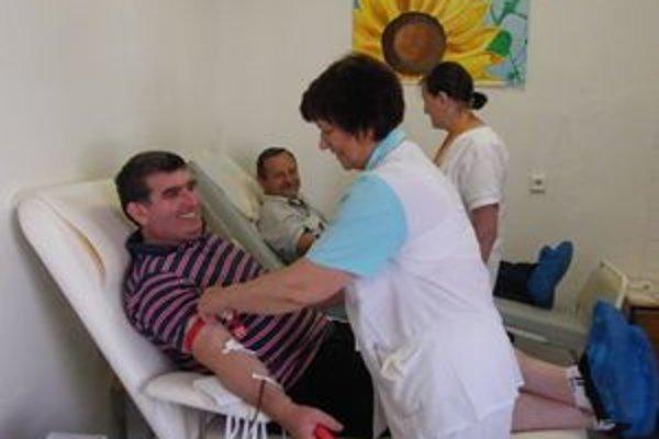 Niekoľkonásobní darcovia krvi. Mikuláš Klubert (prvý zľava) a Ervin Bodák.