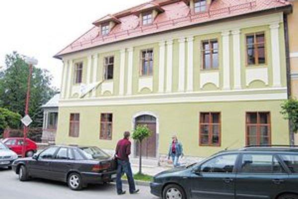 Naďa Conway s priateľmi, hudobníkmi svetového mena, usporadúva v Levoči festivaly vážnej hudby. V Levoči si vybudovala luxusné sídlo - tento dom.