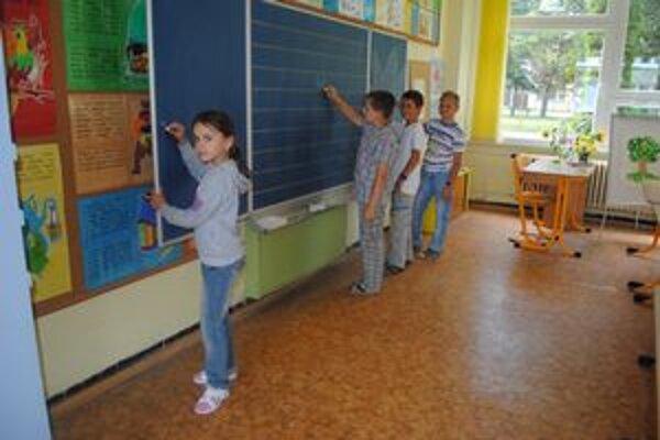 Nové tabule. Pozdávajú sa aj štvrtákom. Deti si pochvaľujú veselšiu modrú farbu.