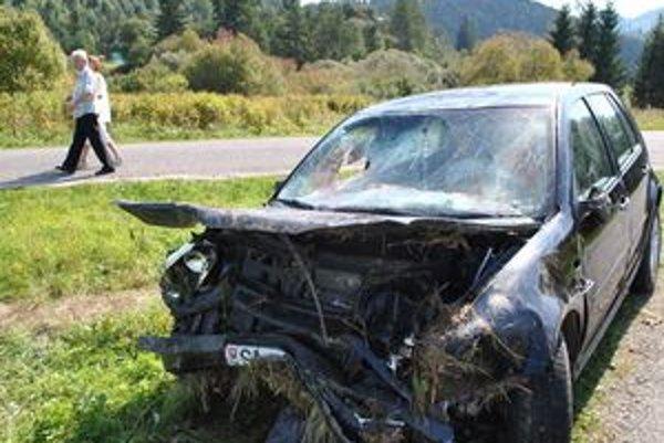 VW GOLF. Po nehode ostalo v aute rozbité sklo a krvavé airbagy.
