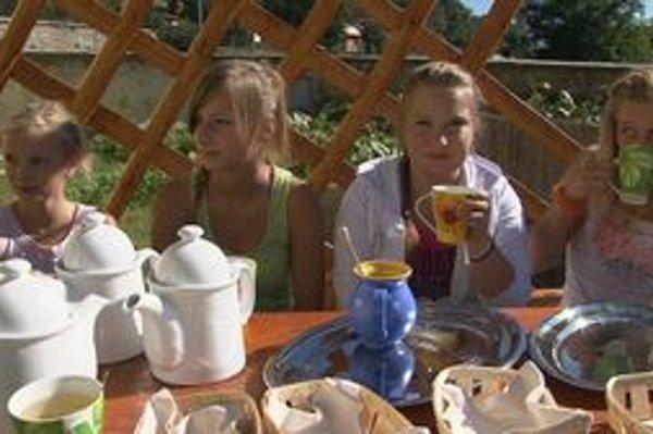 Prvá úroda. Školáci ju už majú za sebou. Byliny vysušili a servírovali si z nich liečivý čaj.