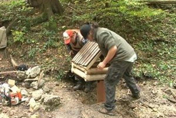 Zničená studnička dostala novú drevenú striešku.