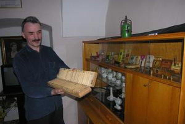 Vzácna zbierka. Otomár Vasilco má vo svojej zbierke vzácne kusy zo zaniknutej fabriky.
