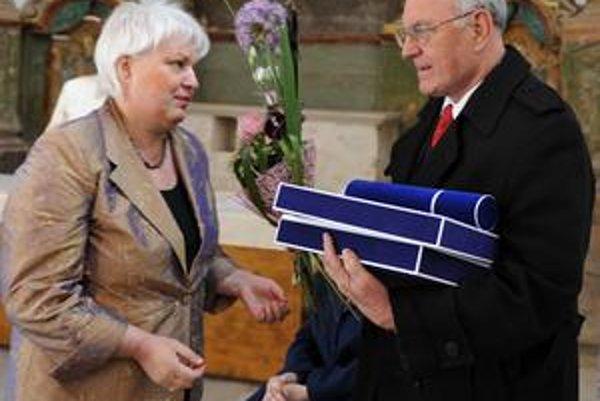 Cenu prebral manžel. Generálna riaditeľka Pamiatkového ústavu Katarína Kosová (vľavo) odovzdáva cenu in memoriam Blanke Kovačovičovej-Puškárovej, ktorú prebral jej manžel Imrich Puškár.