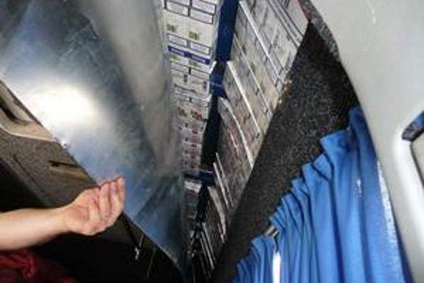 Cigarety ukryté v aute. Nelegálne ich prevážali Ukrajinci cestujúci za prácou do Talianska