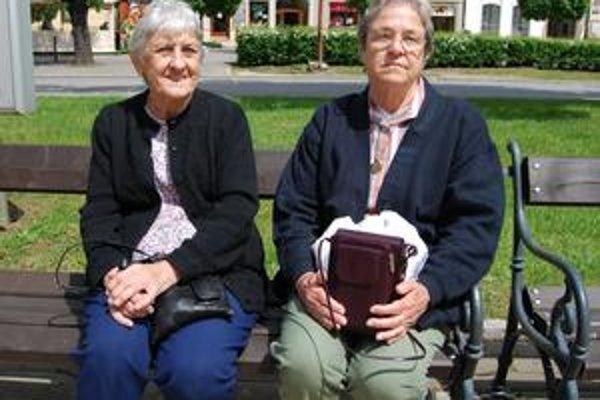 Elona Stanchak (vľavo) a Celine Bernier. Pred spišskonovoveskou radnicou.