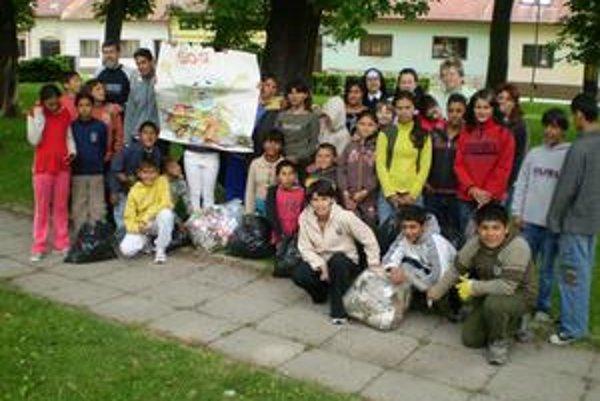 Čisté mesto. Školáci zbierali odpadky v uliciach.
