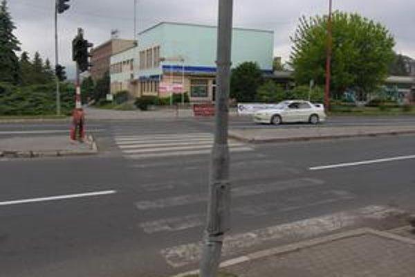 Do semafora narazil opitý mladík.