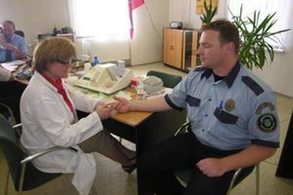 Krvný tlak, cholesterol. Zdravotníci priamo v priestoroch polície testovali zdravie strážcov zákona.