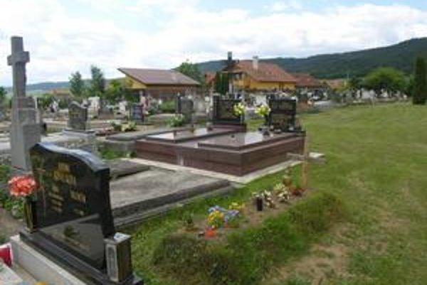 Obec aj súkromníci. Hrhovský cintorín je špecifický, jedna pätina pozemkov patrí súkromníkom.