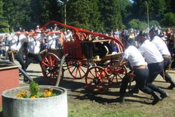 Matejovskí hasiči takto v Prahe rozpumpovali krásavicu Angeliku.