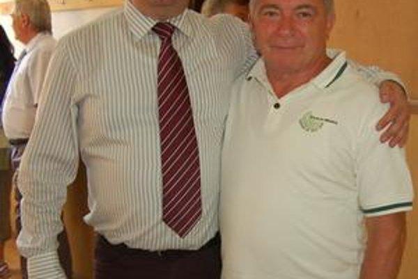 V nedeľu sa v Kluknave stretol predseda SOFZ Jozef Kačenga (vľavo) s rekordérom Pavlom Pavlíkom z Domaňoviec, ktorý pred týždňom odohral majstrovský zápas vo veku 60. rokov.