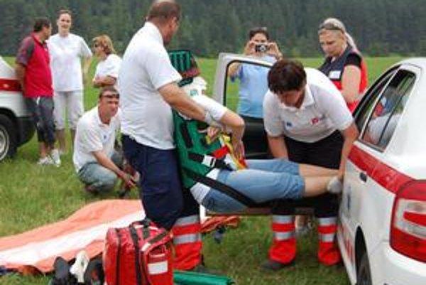 Simulovaná autonehoda. Gelnickí záchranári pomáhajú 30-ročnej vodičke.