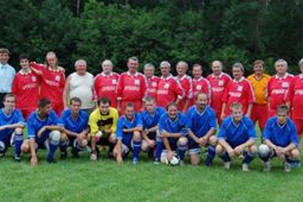 Bývalí a súčasní. V rámci osláv sa odohral aj zápas bývalých hráčov Matejoviec n/H (v hornom rade) proti súčasnému áčku.