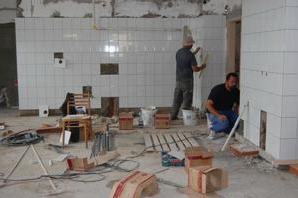 Kuchyňa. Pôvodná prechádza rekonštrukciou, vedľa nej pribudne nová, vybavená zariadením za takmer 3-tisíc eur.