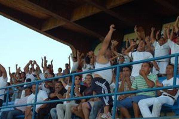 """Radosť z vyrovnania. Početná divácka enkláva z Bystrian sa takto radovala v z vyrovnávajúceho gólu na 2:2, no nakoniec """"béčko"""" Sp. Novej Vsi jasne dominovalo."""