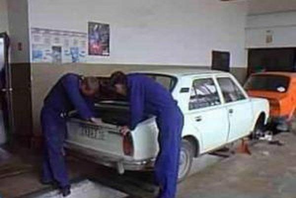 Autodielňa. Doposiaľ na škole pripravovali autoopravárov. Ďalšia dvojročná nadstavba z nich urobí manažérov autoservisov.