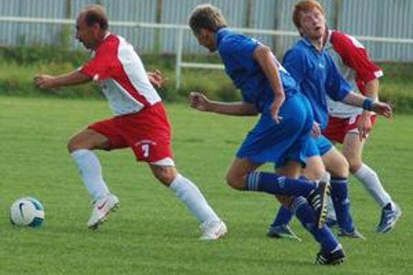 Nestarnúci Cyril Sopkovič už v domaňovskom drese (vľavo) prispel jedným gólom k víťazstvu 5:3.