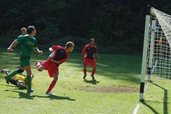 Chrasťania začali v Hnilčíku veľmi dobre. Na snímke ich prvý gól z 26. min. v podaní Turčanika (uprostred), no nakoniec tri body ostali doma.