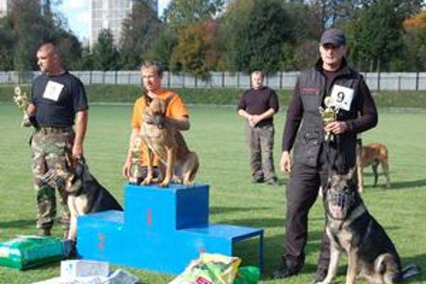 Víťazi. Zľava F. Gurčík, S. Janoško a L. Nagy a ich medailové psy.