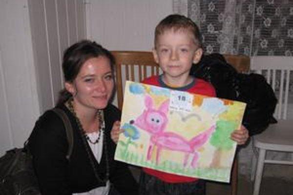 Malý maliar. Prácu škôlkara Lukáša si prišli pozrieť aj jeho rodičia.