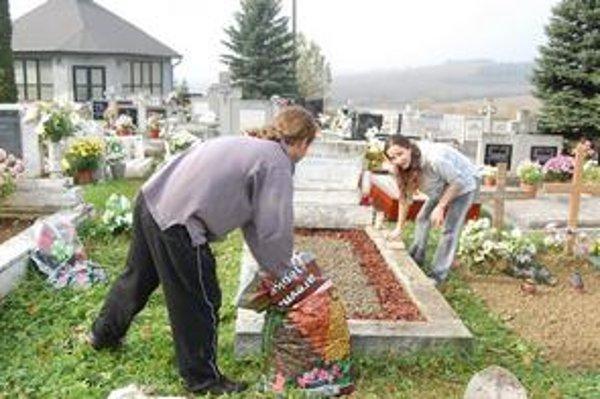 Elena a Ladislav. Každoročne sa starajú o hrob svojho starého otca.