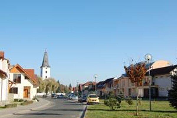 Rekonštrukcia. Jej súčasťou bude aj obnova obecného námestia, najmä ciest.