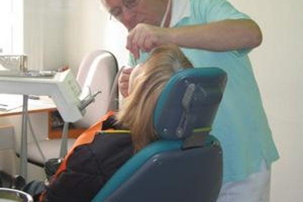 Preventívne prehliadkyTen, kto nechce za všetky úkony u zubára platiť, radšej absolvuje preventívnu prehliadku.Foto: kar