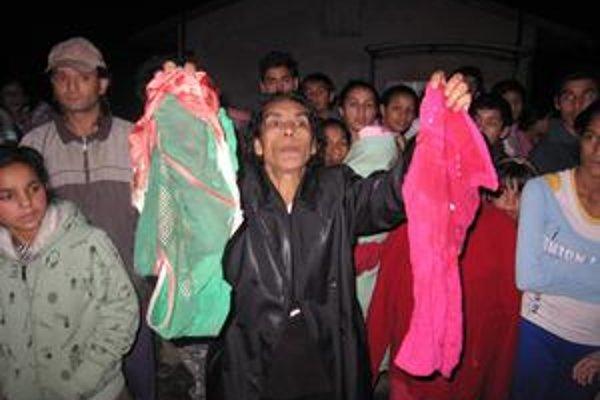 Matka ukazuje zakrvavené šaty, ktoré mala na sebe jej dcéra.