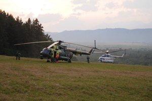Vrtuľník letky ministerstva vnútra čaká pri Hrabušiciach.