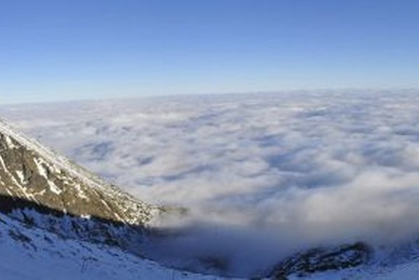 Pohľad z Lomnického sedla na krajinu zahalenú do inverznej oblačnosti.