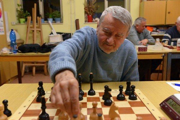 Bartolomej Marci. Šachový tréner dohliada na rast mladých talentov.