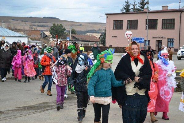 Koniec fašiangov vĽubici oslávili vo veľkom štýle. V karnevalových maskách prešli Ľubičania ulicami obce.