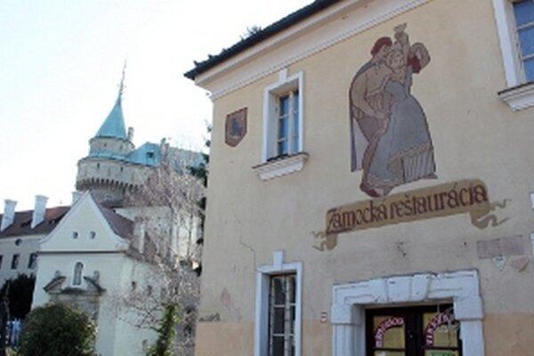 V budove Zámockej reštaurácie bude expozícia historických hodín a zbraní.