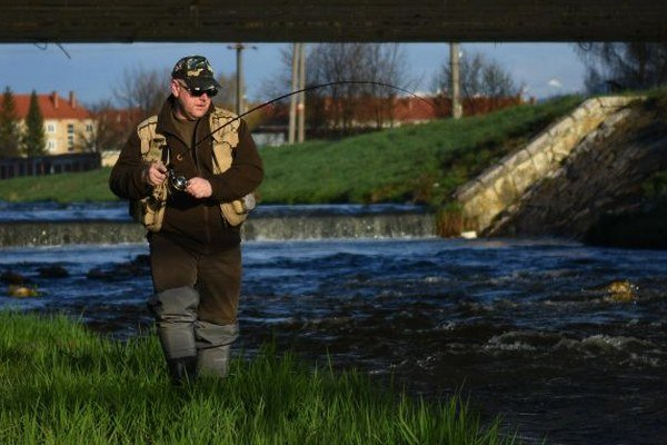Na snímke rybár chytá ryby v rieke Poprad vo Svite.