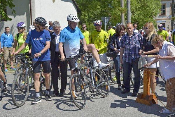 Čakanie na štart. Prezident v strede v modro-bielom drese.