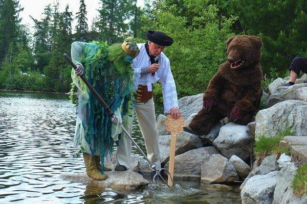 Starosta Štrby Michal Sýkora, Poseidon a medveď Štrbko dreveným kľúčom odomkli vody Štrbského plesa.
