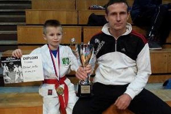 Na fotke tréner ŠŠK Ivan Horniak a Michal Zaťko s víťazným pohárom.