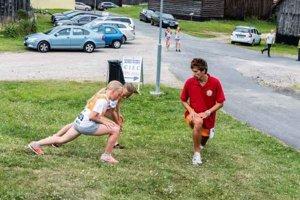 V rozcvičke pred pretekmi. Tomáš Gemza a jeho mladí zverenci.