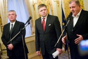 Kauza Veľký Slavkov vtedy spôsobila roztržku vo vláde Roberta Fica a jeho koaličných partnerov Vladimíra Mečiara a Jána Slotu.