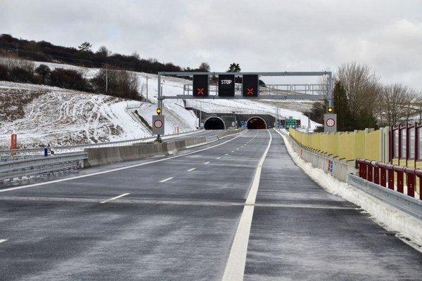 Pohľad na II. úsek diaľnice D1 Jánovce – Jablonov s tunelom Šibenik počas slávnostného otvorenia.
